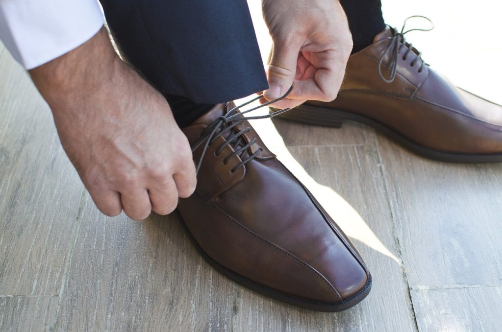 革靴の紐を締めている写真