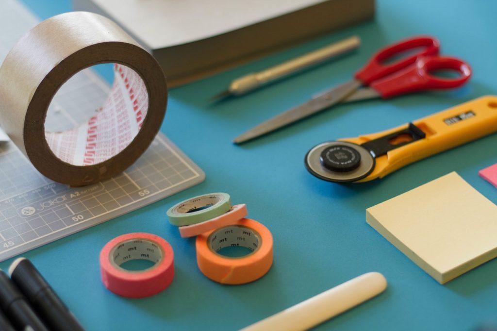 ガムテープやハサミその他文房具の写真