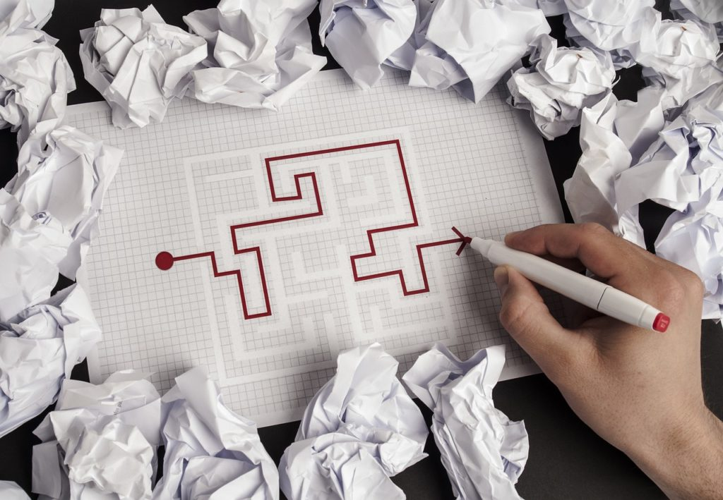 大量の丸めた用紙と迷路を書いた写真