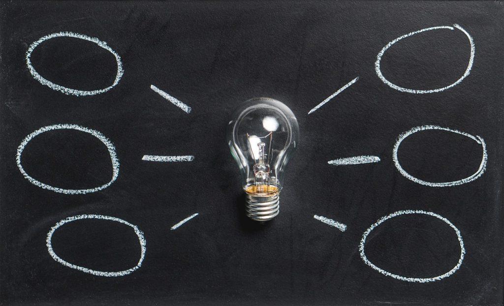 電球とアイデアの写真