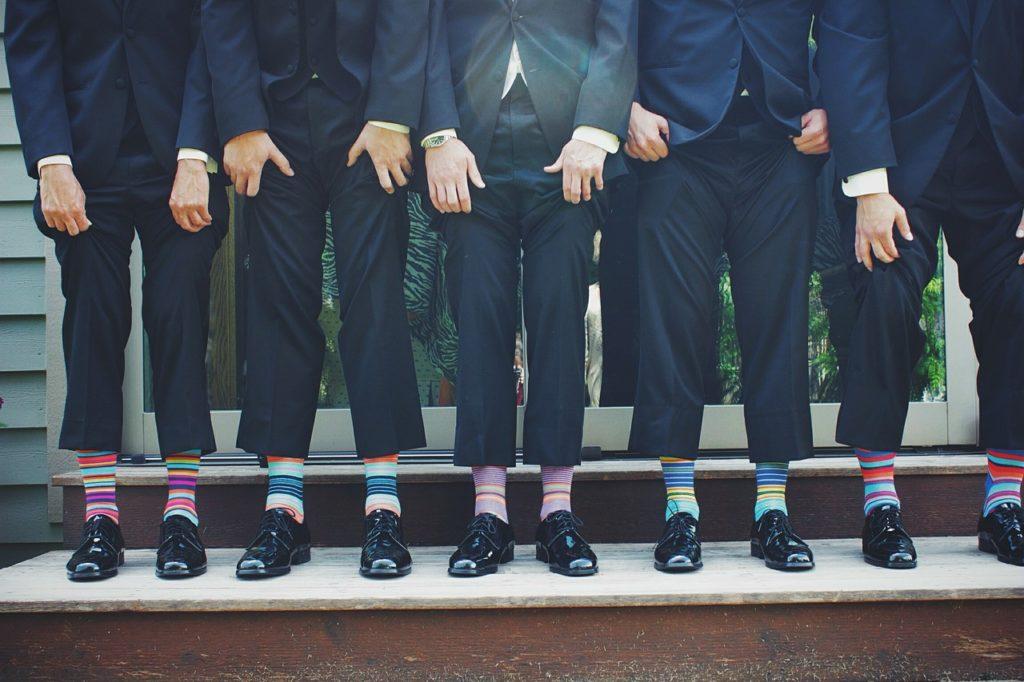 5人のスーツ姿の足の写真