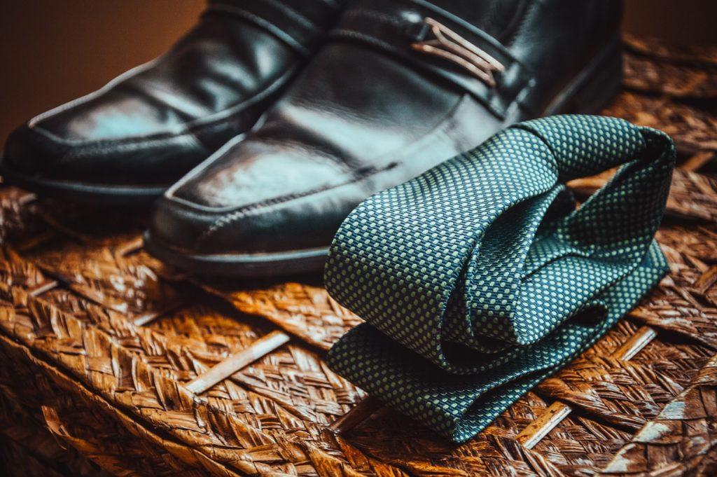 革靴とネクタイの写真