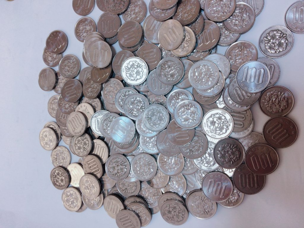 1年間で貯金箱に貯めた100円玉の写真