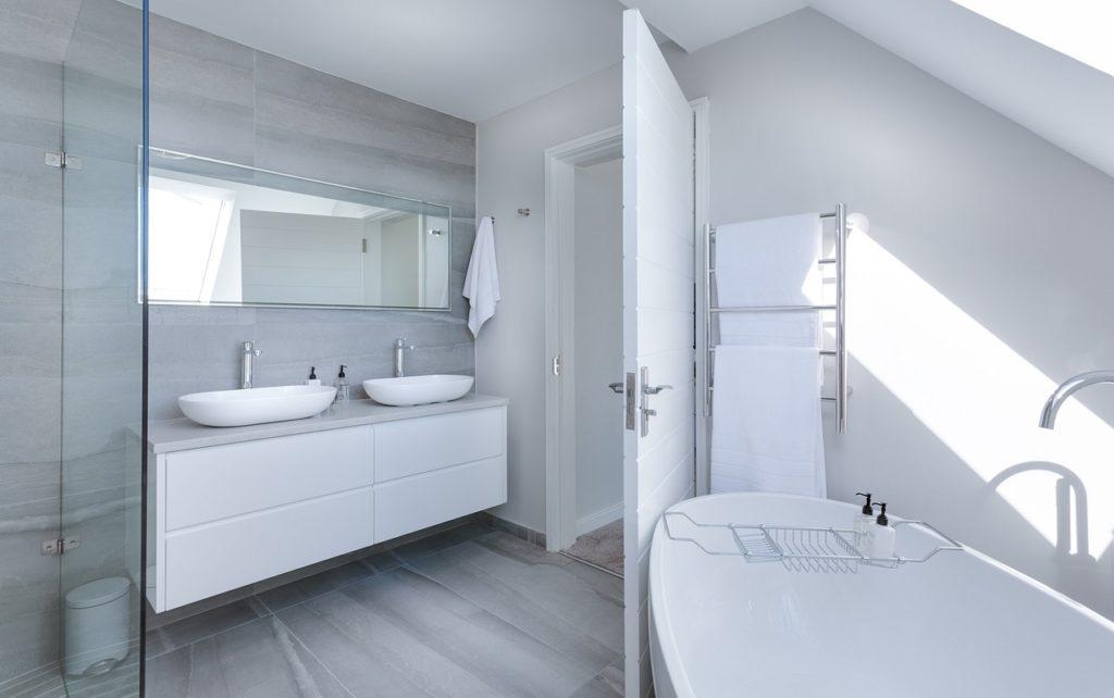 2つの洗面台とバスルームの写真