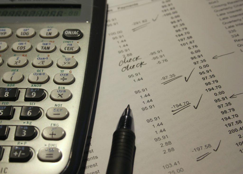 計算した書類と電卓とペンの写真