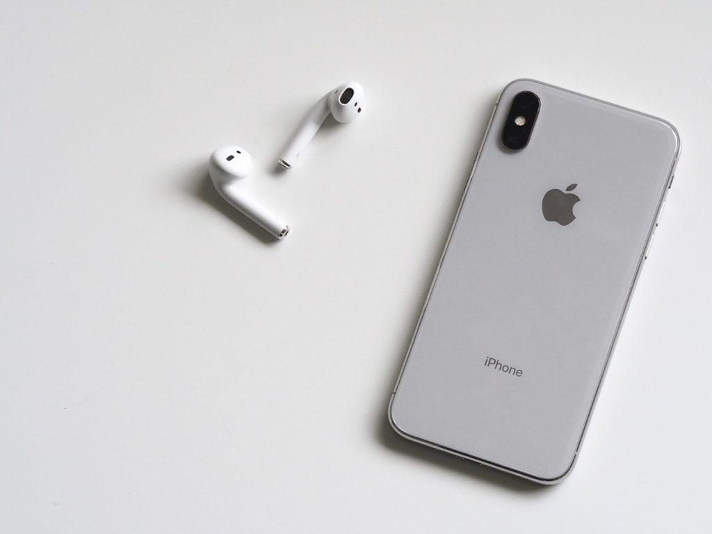 iPhoneとイヤホンの写真