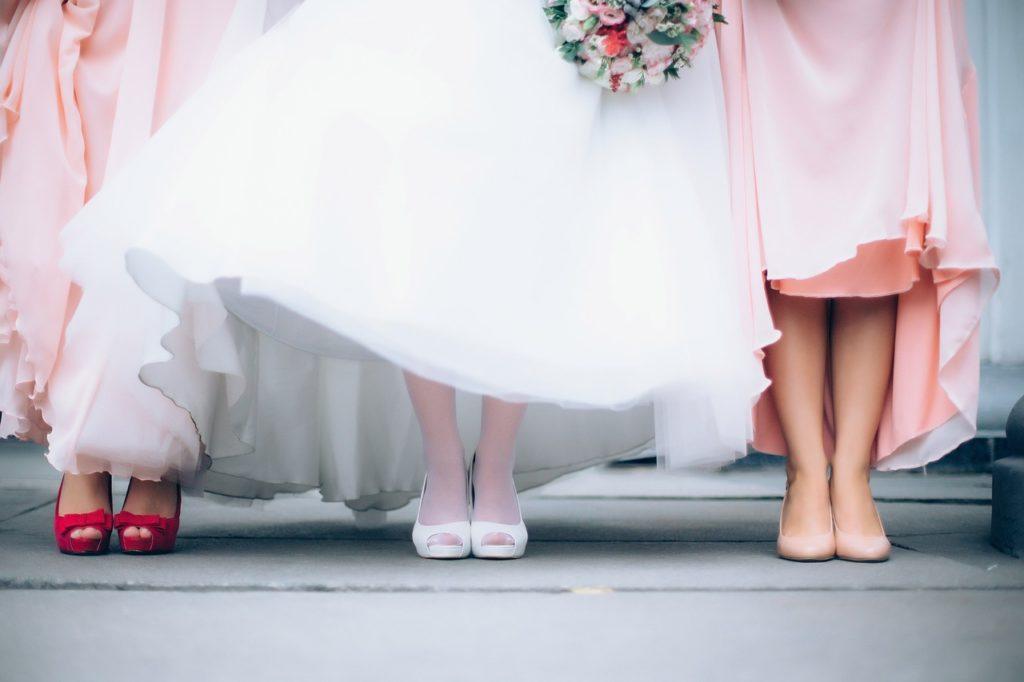 3人の女性の足元の写真