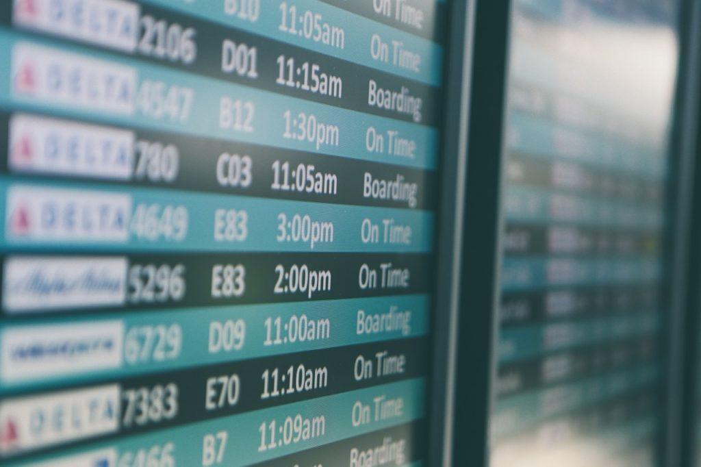 空港の時刻表の画像