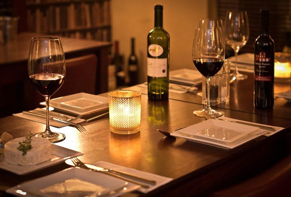 レストランのテーブルの画像