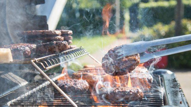 お肉を焼いている画像