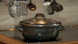 キッチンに鍋が置いてある画像