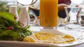 オムレツの朝食画像